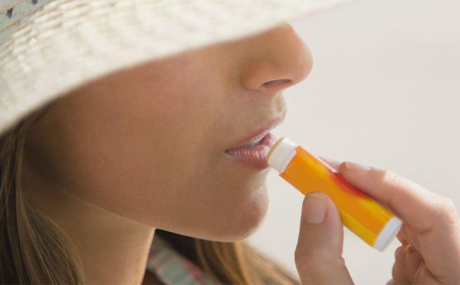Απλοί Τρόποι για να Προστατέψετε τα Χείλη σας από την Ηλιακή Ακτινοβολία